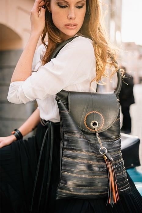 Črn ženski nahrbtnik z oranžnimi detajli_unikatni izdelek ročno narejen iz recikliranih zračnic