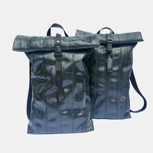 Črn nahrbtnik iz recikliranega materiala v videzu usnja Črna Zračka
