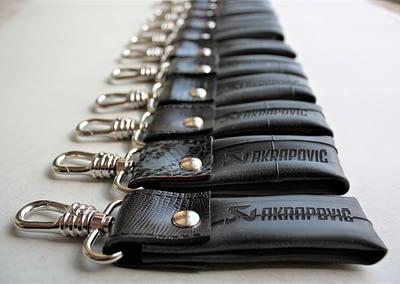 Akrapovič kolekcija poslovnih daril obesek za kluče Črna Zračka L